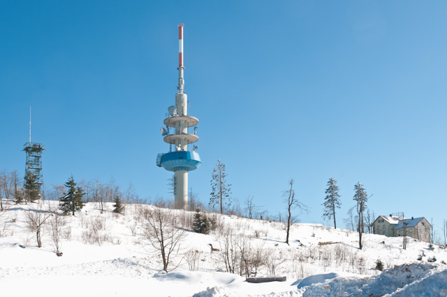 Der Hochblauen mit Aussichtsturm, Fernmeldeturn und Berghotel.