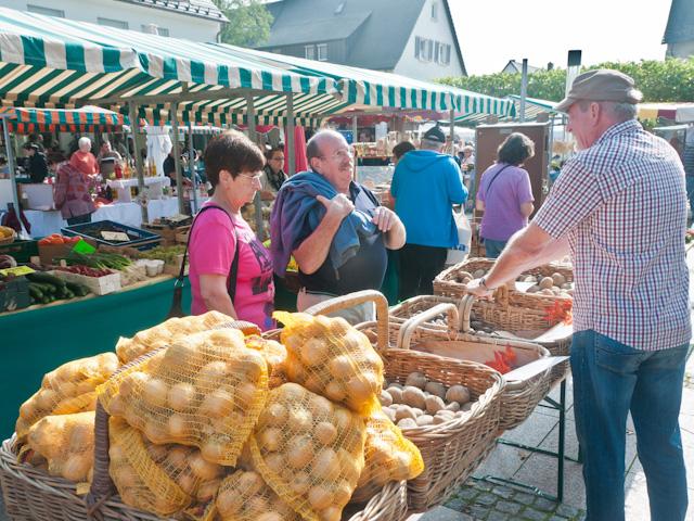 Kartoffelmarkt auf dem Neuenburger Rathausplatz