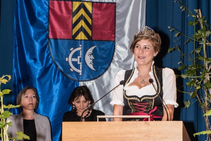 Die Badische Weinkönigin Josefine Schlumberger bei der Eröffnung des Müllheimer Weinmarktes